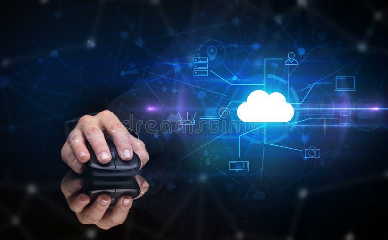 Hand unter Verwendung der Maus mit Wolkentechnologie und on-line-Speicherkonzept stockfoto