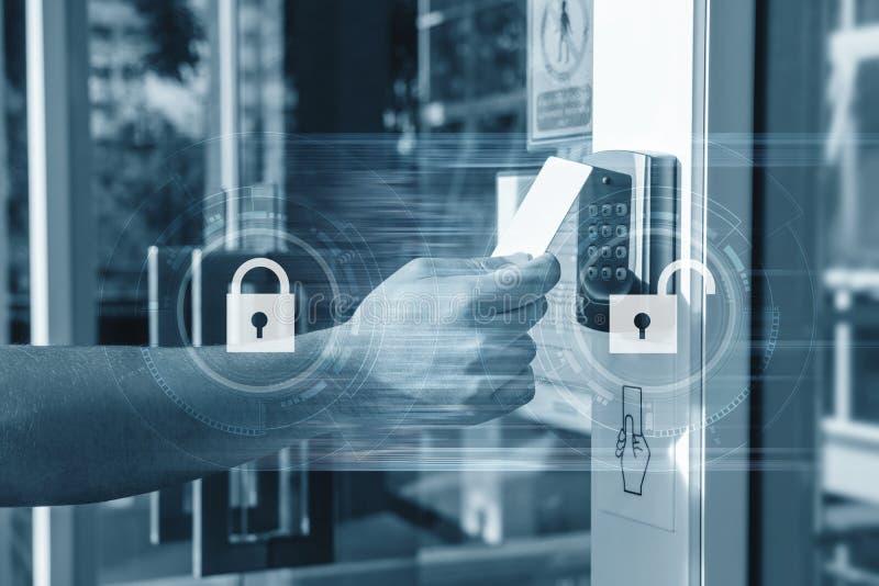 Hand unter Verwendung der Sicherheitsschlüsselkarte, welche die Tür zum Betreten des privaten Gebäudes entriegelt Ausgangs- und G lizenzfreies stockfoto