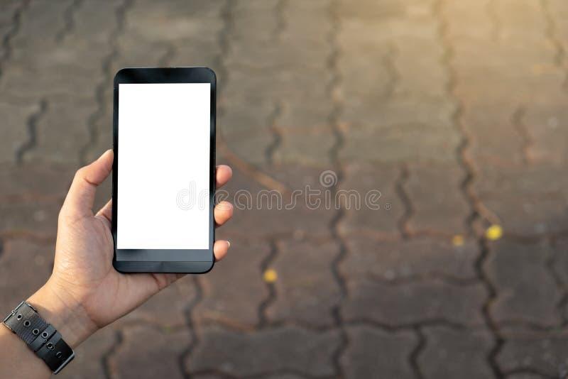 Hand unter Verwendung der städtischen Straße des Handys stockfotografie