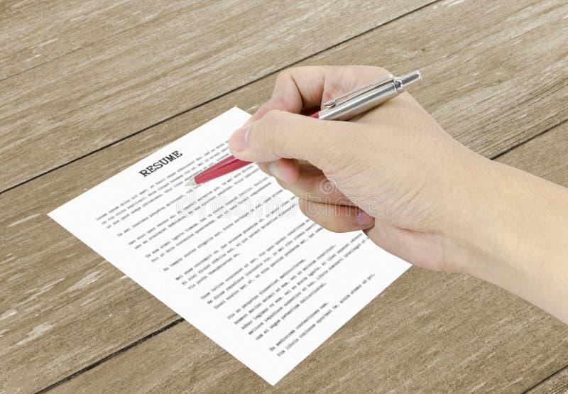 Hand unter Verwendung eines klassischen Stiftschreibens auf einem Zusammenfassungspapier stockfotografie