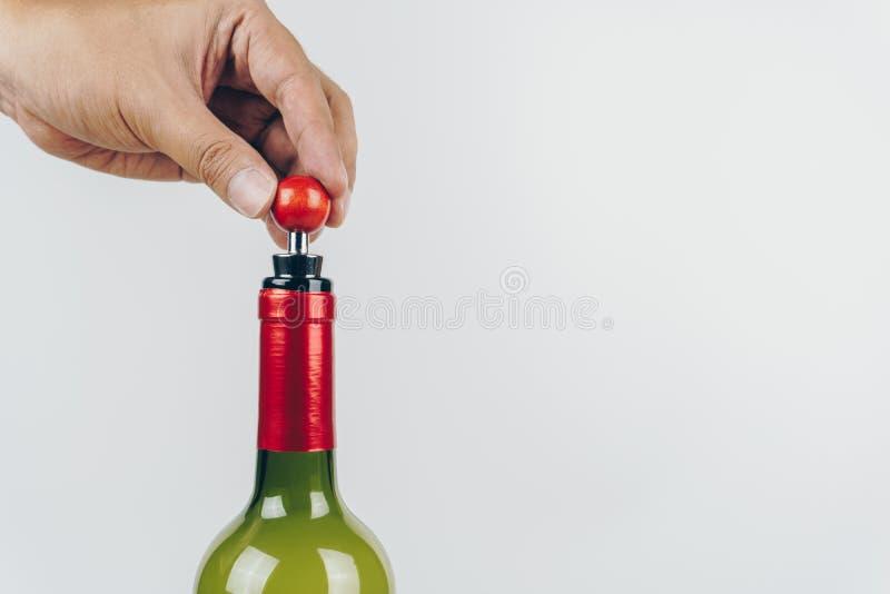 Hand unter Verwendung eines Weinstoppers stockfoto
