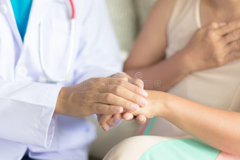 Hand van arts die haar vrouwelijke patiënt geruststellen royalty-vrije stock fotografie