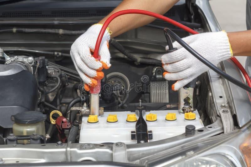 Hand van autowerktuigkundige De dienst van de autoreparatie royalty-vrije stock foto