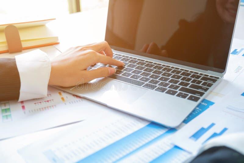 Hand van bedrijfsmensenplaats op laptop royalty-vrije stock afbeeldingen