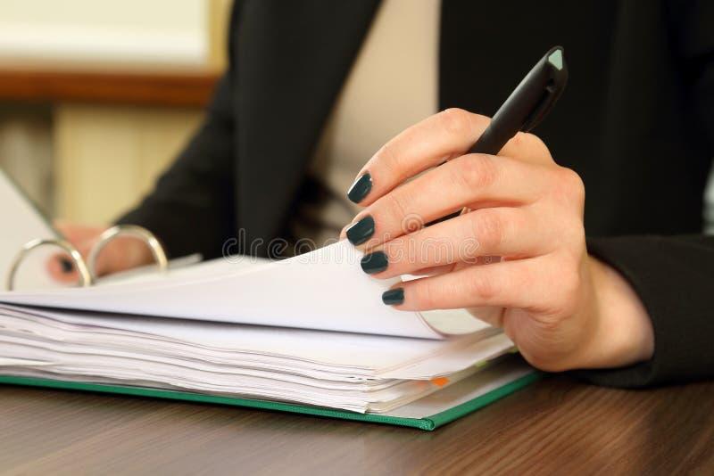 Hand van bedrijfsvrouw met documentkijker stock foto
