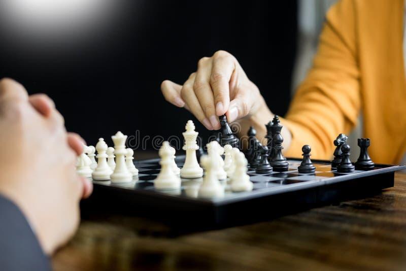 Hand van cijfer van het zakenman het bewegende schaak in het spel van de de concurrentieraad voor ontwikkelingsanalyse, het behee royalty-vrije stock afbeeldingen