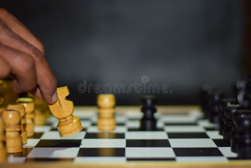 hand van cijfer van het zakenman het bewegende schaak in het spel van het de concurrentiesucces royalty-vrije stock afbeelding