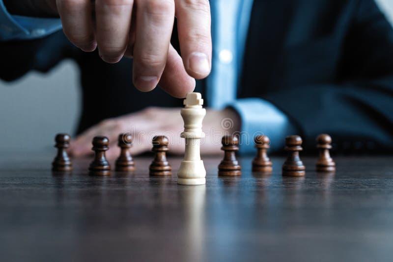 hand van cijfer van het zakenman het bewegende schaak in het spel van het de concurrentiesucces strategie, beheers of leidingscon royalty-vrije stock foto's
