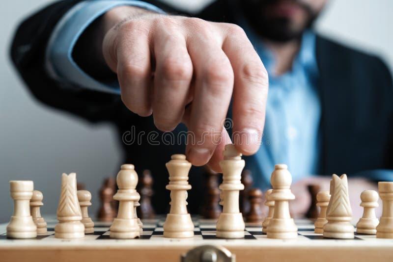 hand van cijfer van het zakenman het bewegende schaak in het spel van het de concurrentiesucces strategie, beheers of leidingscon royalty-vrije stock afbeeldingen