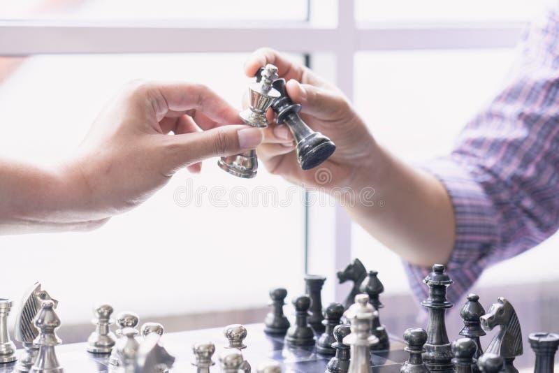 Hand van cijfer van het zakenman het bewegende schaak strategie, het spel van de schaakraad voor ideeën en de concurrentie en str stock foto