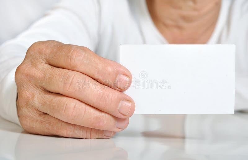Hand van de close-up houdt de hogere vrouw de lege kaart royalty-vrije stock afbeeldingen