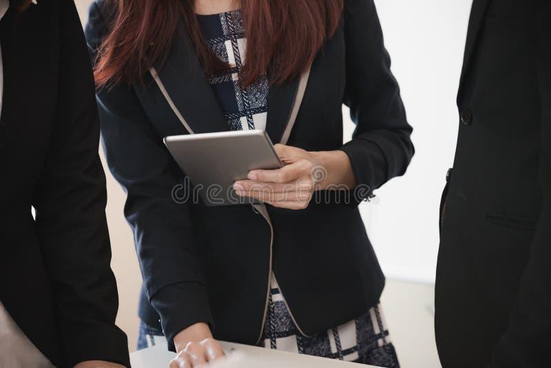 Hand van de Digitale Tablet van de Onderneemstergreep het analyseren van brainstormi stock foto's
