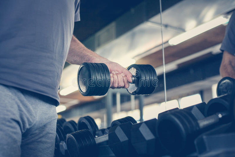 Hand van de hogere mens Het gewicht van de mensenholding Training in GY royalty-vrije stock foto