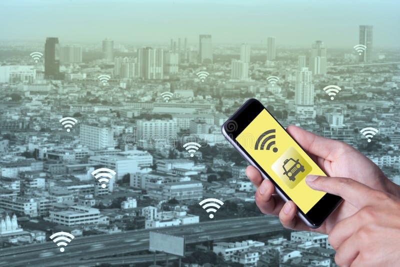 Hand van de mens die de taxi van de smartphonevraag met behulp van door toepassingssmartphone stock afbeelding
