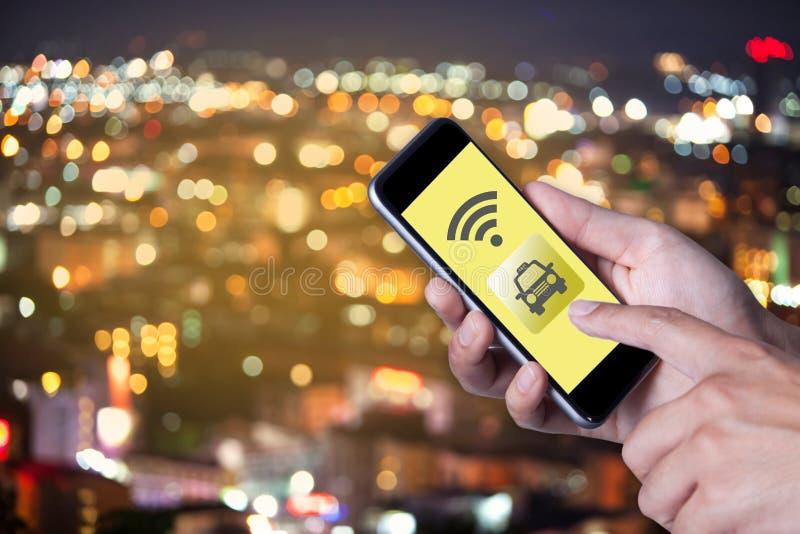 Hand van de mens die de taxi van de smartphonevraag met behulp van door toepassingssmartphone royalty-vrije stock afbeelding