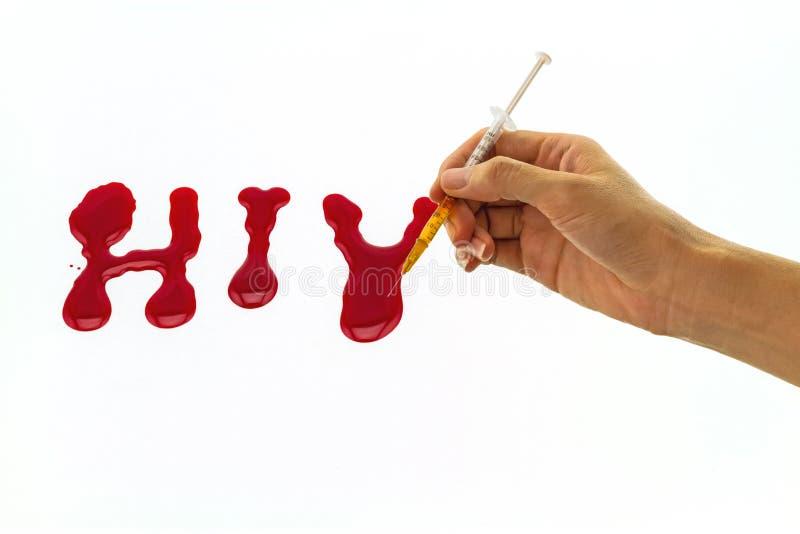 Hand van de vrouw het vullen spuit en het gele water dat aan drug op rode HIV van het bloedwoord op witte achtergrond gelijkaardi royalty-vrije stock fotografie
