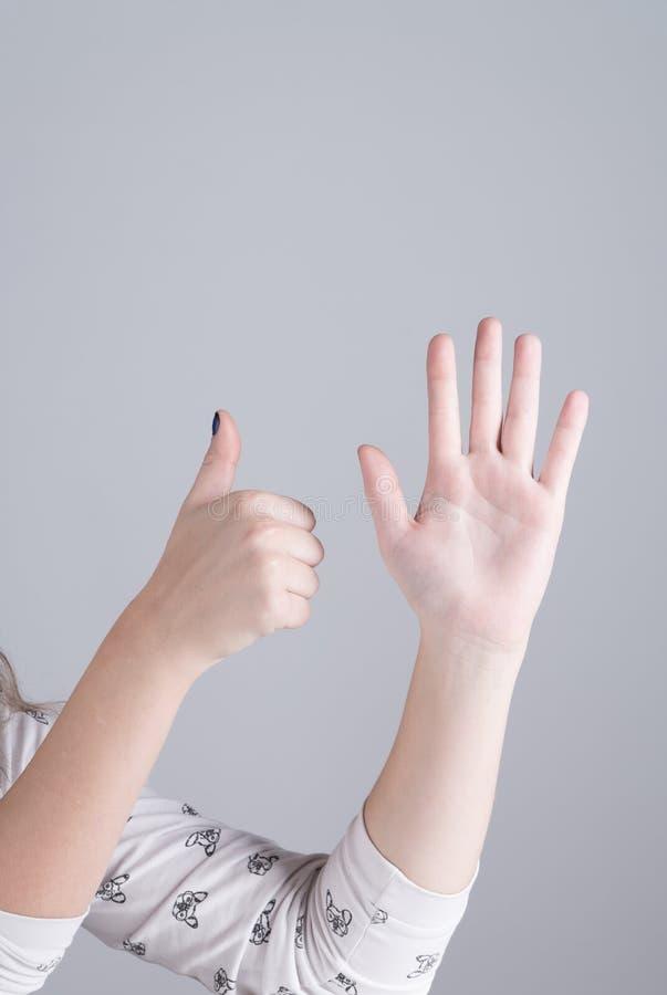 Hand van een meisje die zes vingers tonen royalty-vrije stock afbeeldingen