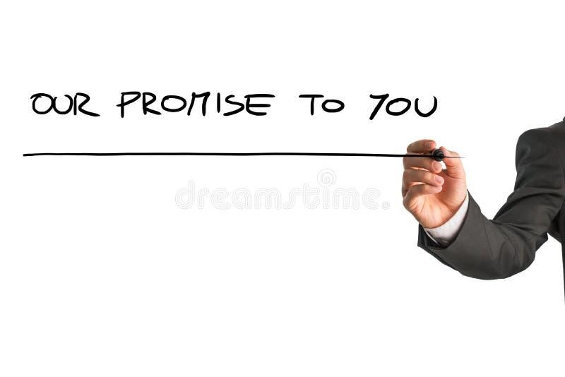 Hand van een mens die Onze belofte aan u op het virtueel scherm schrijven stock foto's