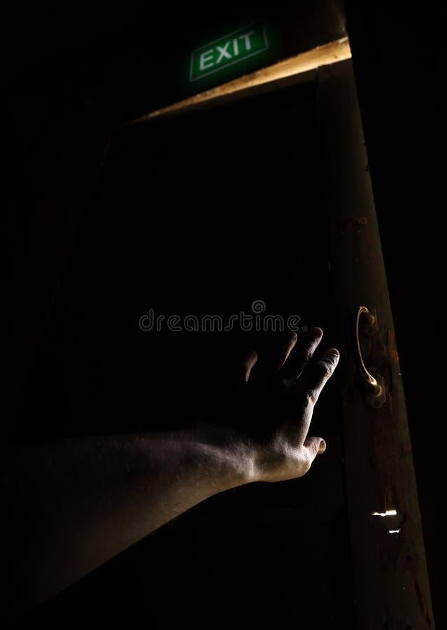 Hand van een mens die oude deur voor vlucht probeert te openen royalty-vrije stock foto's
