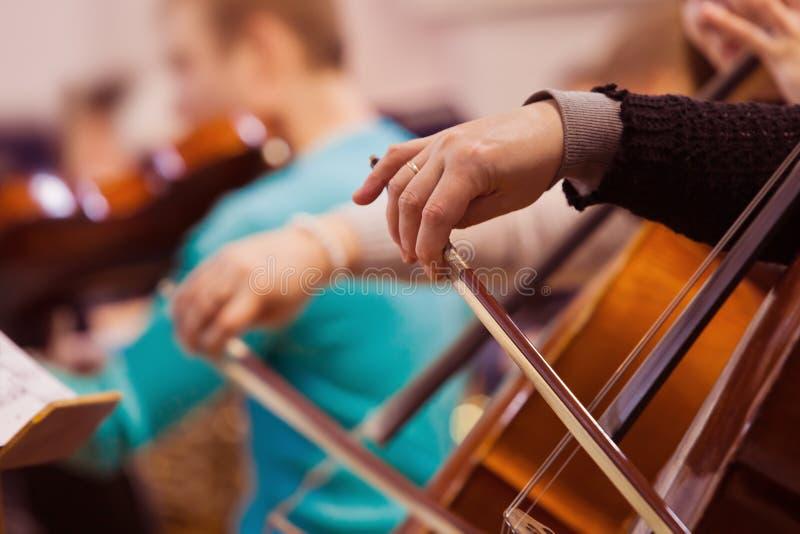 Hand van een vrouw die de cello spelen royalty-vrije stock foto