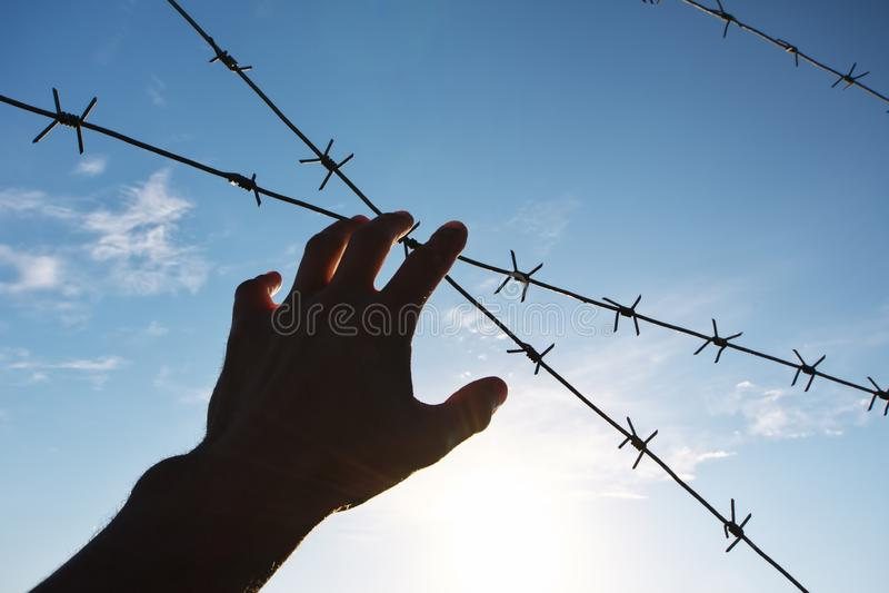 Hand van gevangenis en hemelachtergrond royalty-vrije stock afbeeldingen