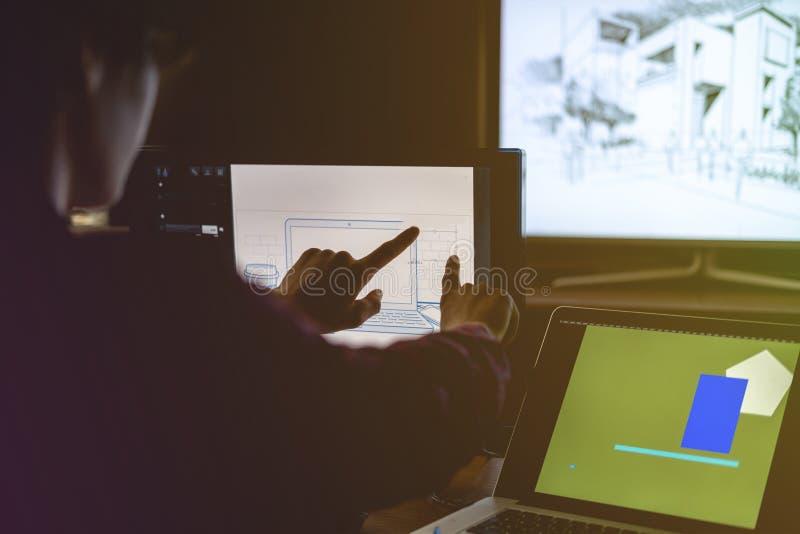 hand van grafische ontwerper die een schets maken die touch screenruit gebruiken royalty-vrije stock foto's