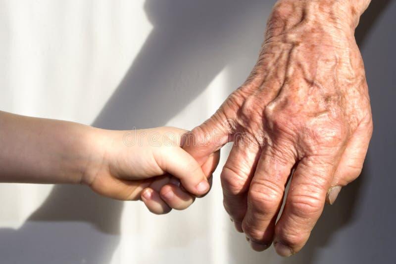 Hand van grootmoeder en kleinkind stock foto