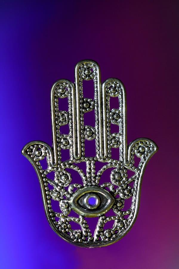 Hand van Hamsa of Fatima met oog stock foto