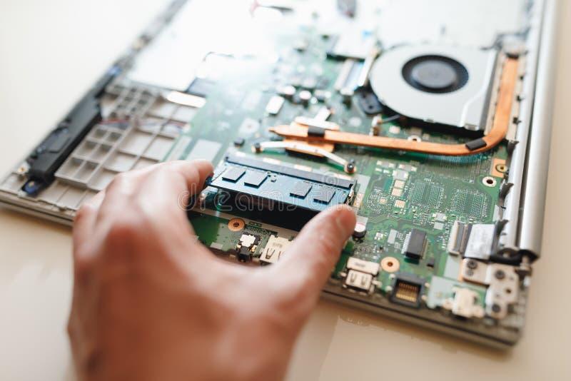Hand van hersteller die een module van het rams sodimm geheugen, laptop verbetering houden royalty-vrije stock afbeeldingen