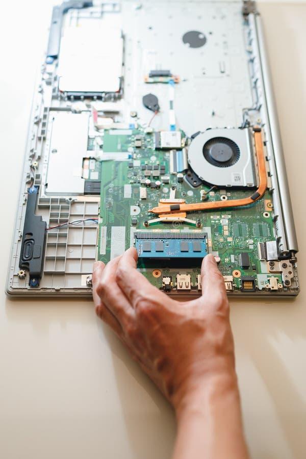 Hand van hersteller die een module van het rams sodimm geheugen, laptop verbetering houden stock afbeeldingen
