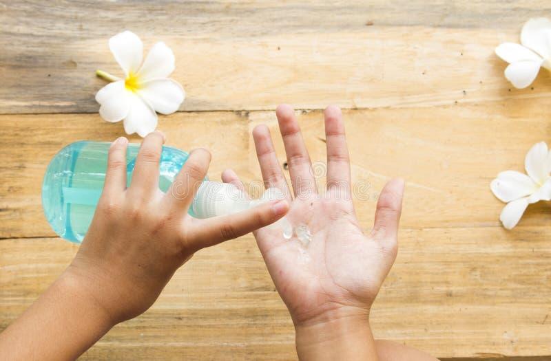 Hand van meisje het schoonmaken met gel van de hand het schone alcohol voor gezondheidszorghand royalty-vrije stock fotografie