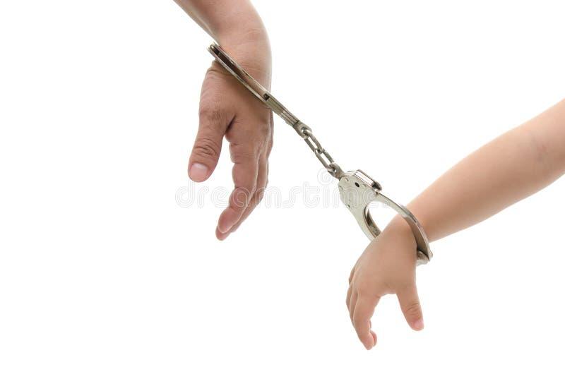 Hand van moeder en van haar kind hand met handcuff royalty-vrije stock fotografie