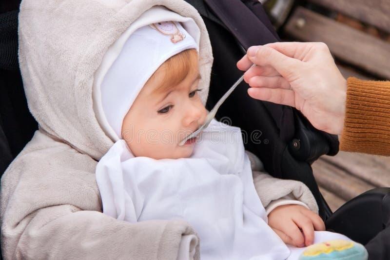 Hand van moeder voedende baby royalty-vrije stock foto