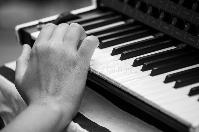 Hand van musicus op synthesizertoetsenbord stock fotografie
