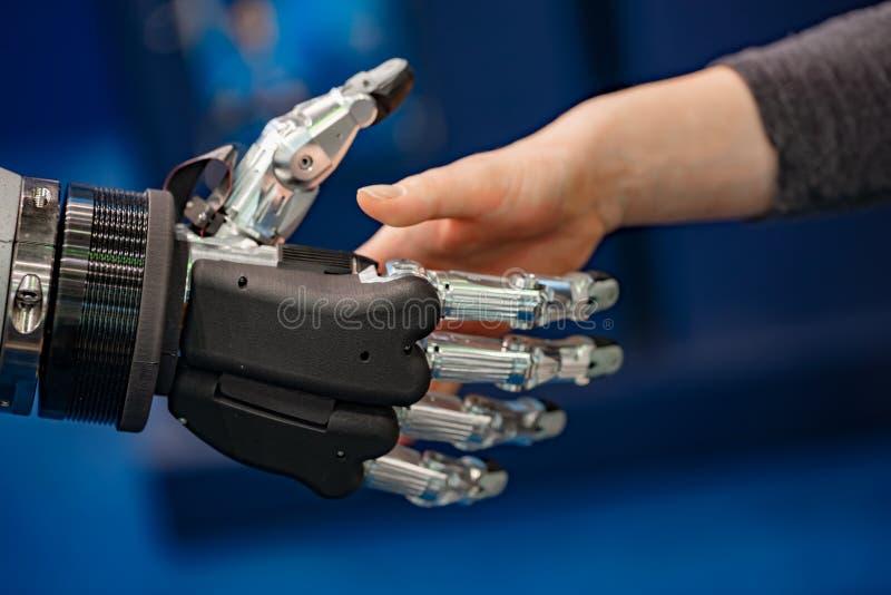 Hand van onderneemster het schudden handen met een Android-robot royalty-vrije stock foto