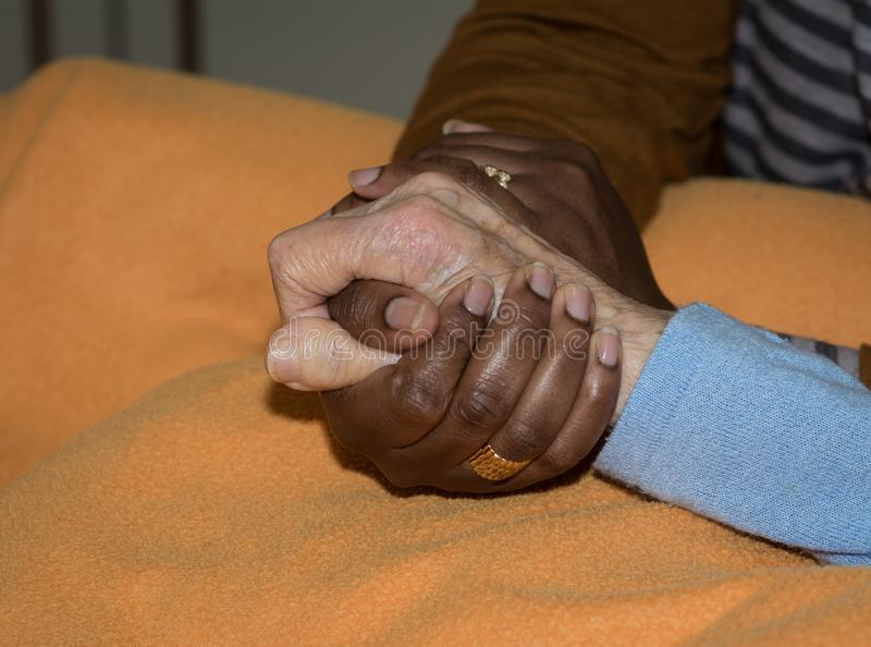 Hand van verpleegster die een hogere vrouw houden Concept het helpen van handen, zorg voor de bejaarden royalty-vrije stock fotografie