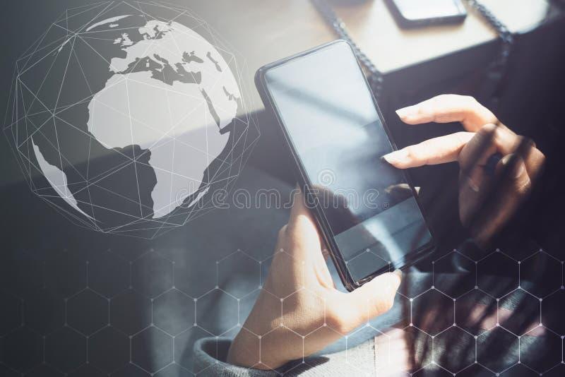 Hand van vrouw die smartphone op houten lijst, Voorzien van een netwerkmensen en sociaal netwerk en Internet-verbindingsconcept g stock foto