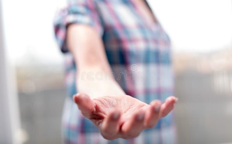 Hand van vrouw in gebaar van steun royalty-vrije stock foto
