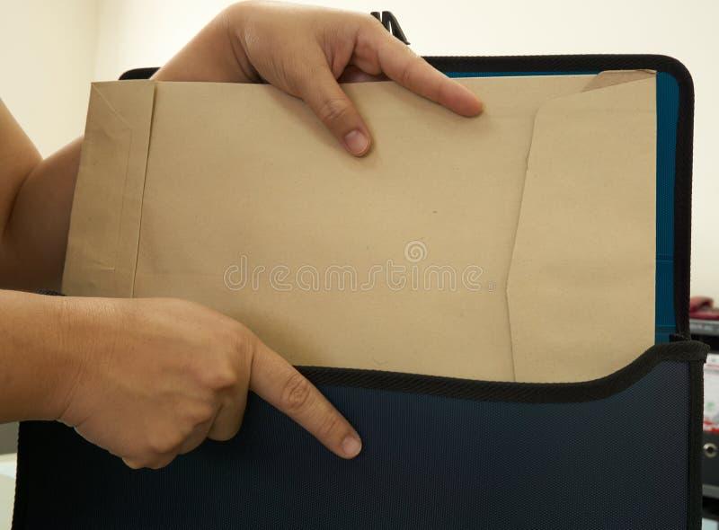 Hand van vrouw gezet document royalty-vrije stock afbeelding