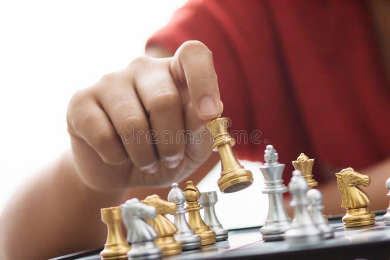 Hand van vrouw het spelen schaak voor bedrijfstactiek en ontmoete planning stock afbeeldingen