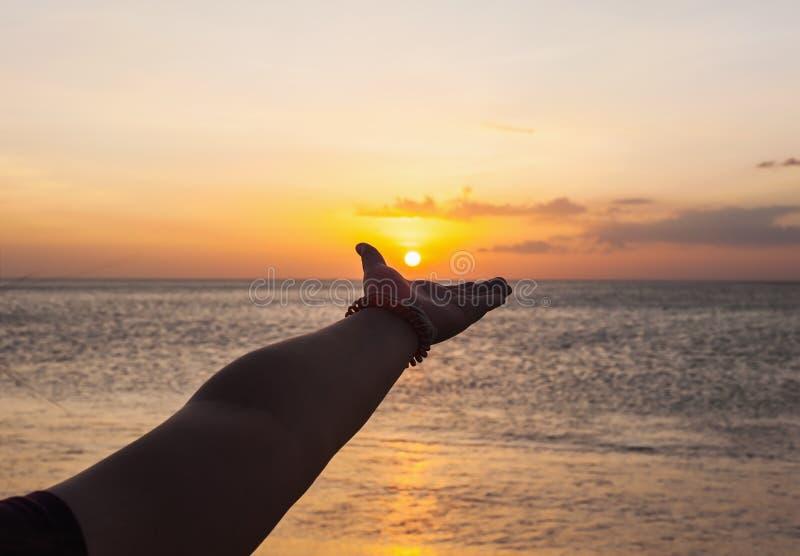 Hand van vrouwen met kleur van de zonsondergang royalty-vrije stock foto's