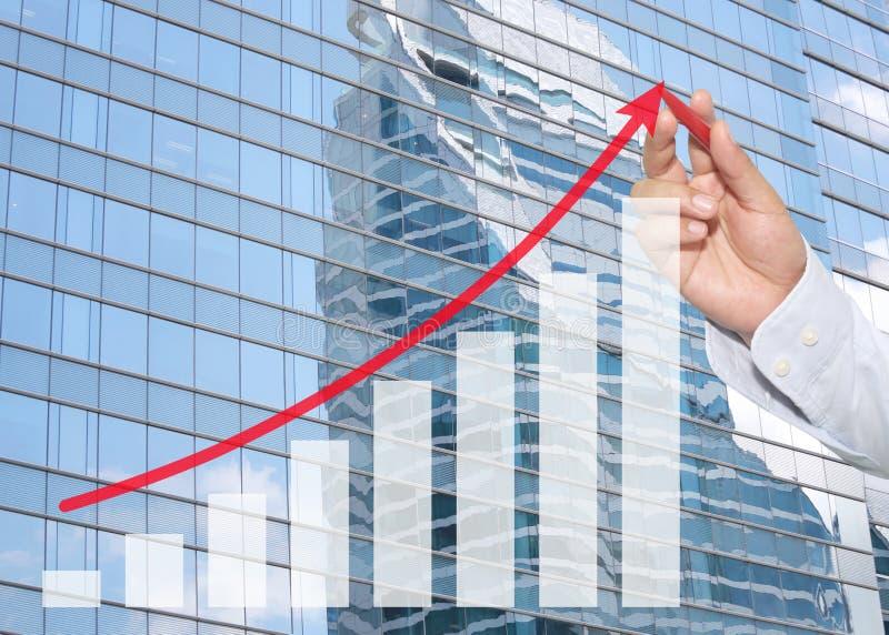 hand van zakenman die rode pen gebruiken die aan hoogste bedrijfsgrafiek richten stock fotografie