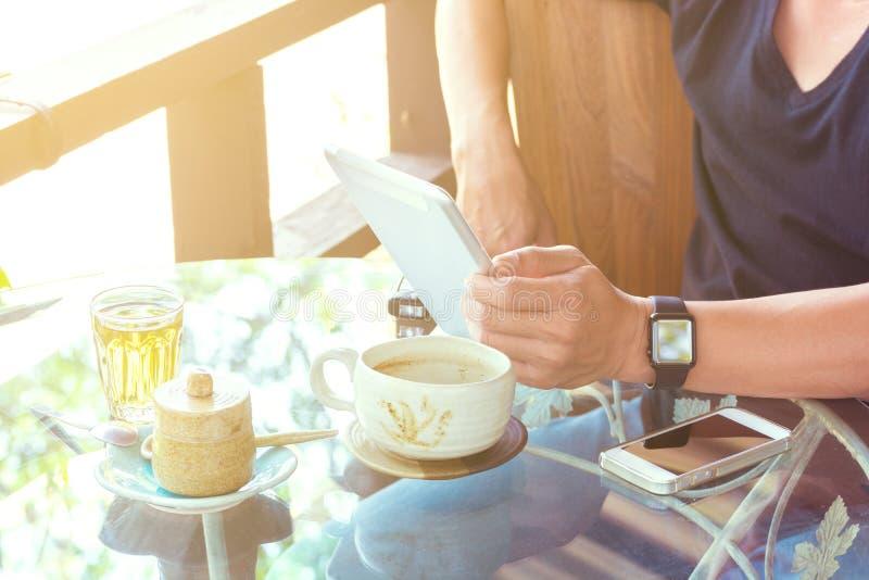 Hand van Zakenman of Mannelijk gebruik Draadloos Smartphone met Kop van royalty-vrije stock afbeeldingen