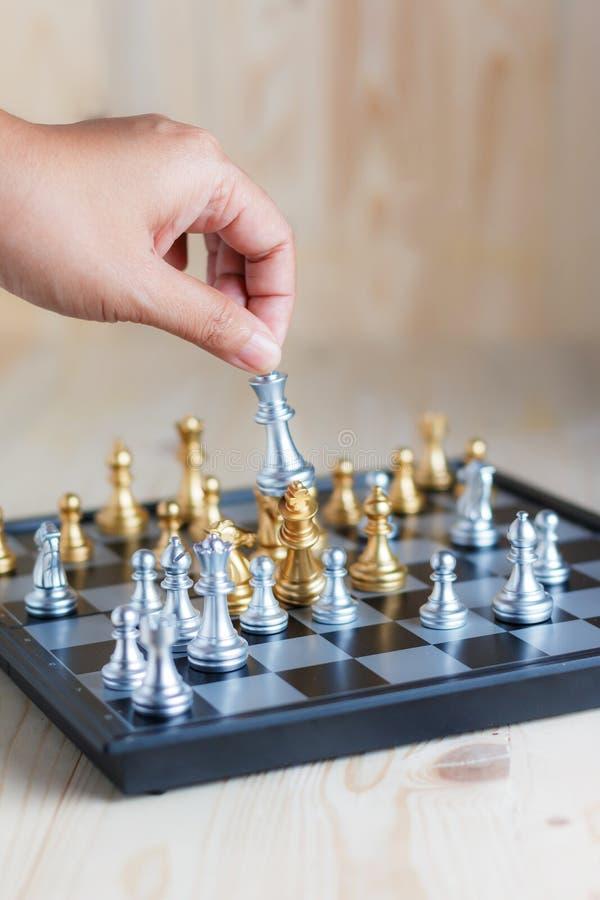 Download Hand Van Zilveren Schaak Van De Vrouwen Het Bewegende Koning Om Gouden Koningsschaak Te Doden Stock Foto - Afbeelding bestaande uit intelligentie, leider: 114226502