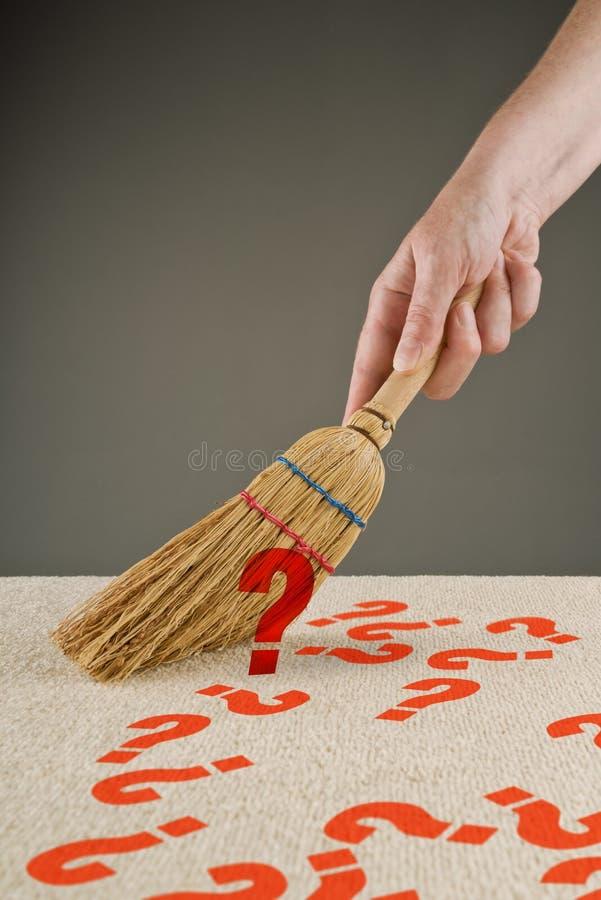 Hand vegende vraagtekens van de vloer stock foto