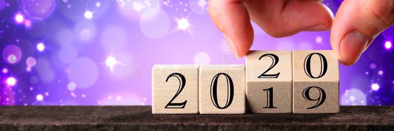 Hand Veranderende Datum vanaf 2019 tot 2020 stock foto