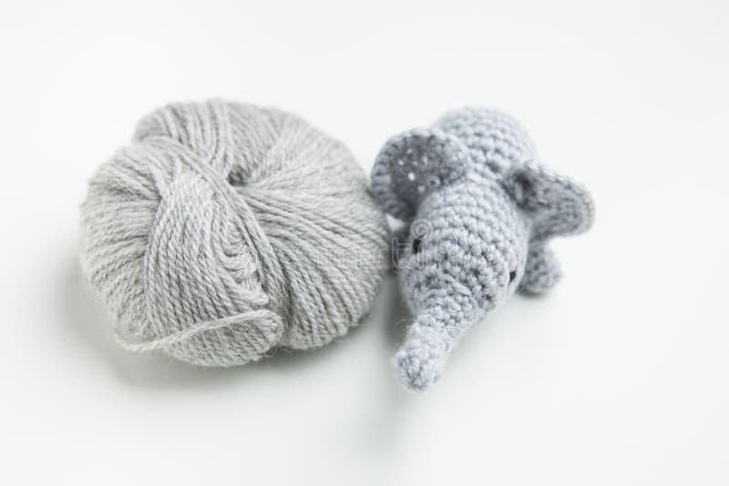 Hand virkad elefant med ull royaltyfri foto