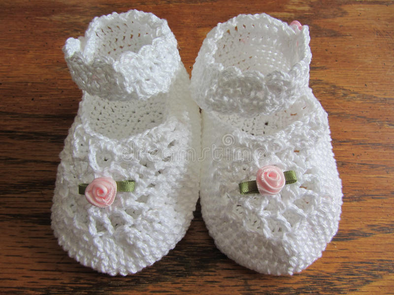 Hand virkade Mary Jane Girl Baby Booties royaltyfria foton