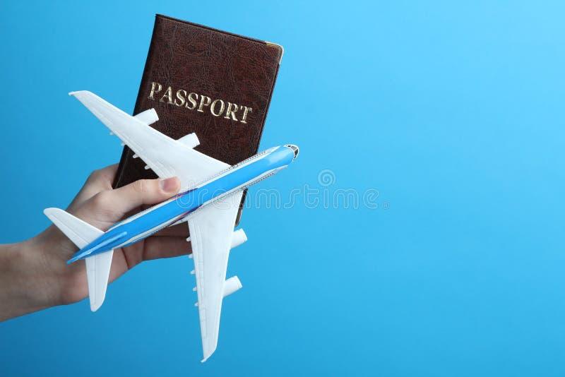 In hand vliegtuig en paspoort stock afbeelding