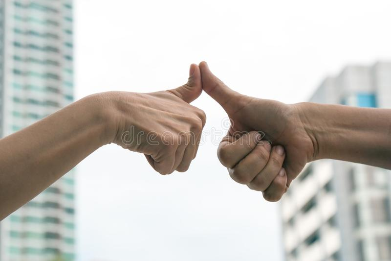 Hand von den Männern, die Daumenfinger geben, mögen Aktion lizenzfreie stockfotografie